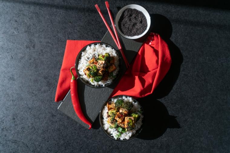 Tofu ricette, piatto con riso bianco condito con broccoli e tofu in salsa di chili