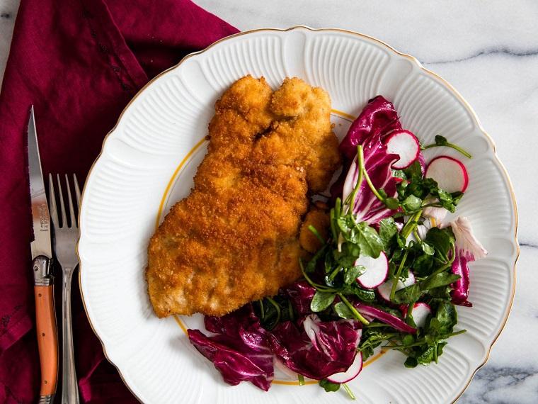 Cotoletta di pollo impannata con contorno di verdure, ricette veloci per cena