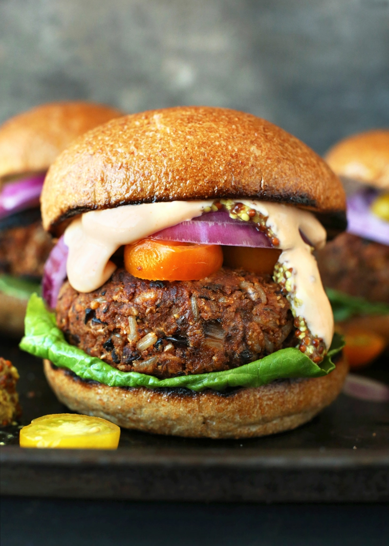 Cosa cucinare a cena, panino con burger di carne e verdure grigliate, formaggio fuso in cima