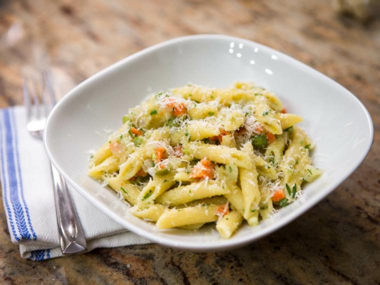 Pasta penne con verdure, cosa cucinare a cena, penne con verdure e spolverata di parmigiano