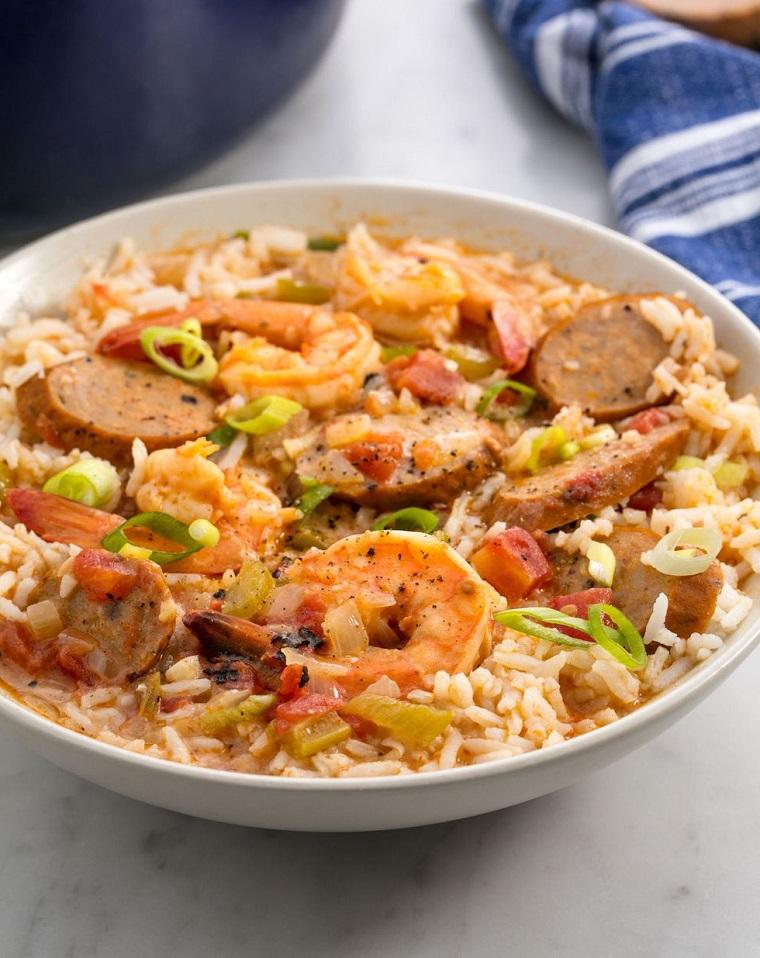 Risotto con frutti di mare e salame, cena sfiziosa e veloce, condire con verdura fresca