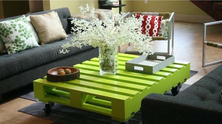 pavimento in parquet, divani grigi e tavolo con pallet verniciato di verde