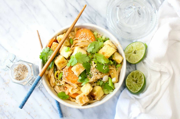 piatto dal sapore orientale a base di tofu, lime, coriandolo e noodle