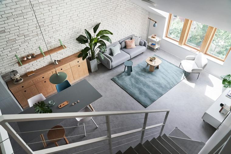 Esempi arredamento soggiorno, divano di colore grigio, tappeto rettangolare peloso