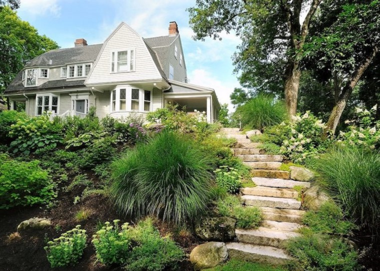Giardini da copiare, una casa con un'area esterna in pendenza, scale rustiche in pietra