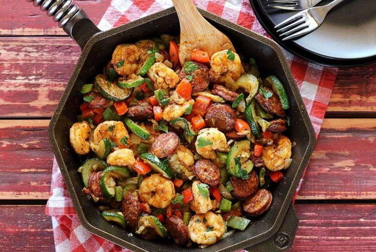 Secondi piatti estivi, scampi preparati in padella con zucchine e peperoni