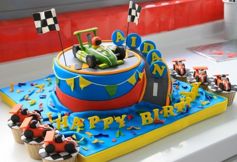 Torte per bambini maschietti, forma rotonda con decorazione macchina da corsa e scritta nome