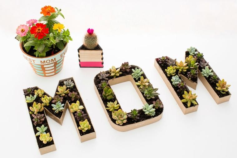 originale idea regalo per la festa della mamma, delle lettere con all'interno delle piante grasse