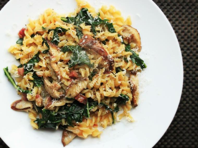 Pasta fusilli con verdure e carne, ricette veloci, spolverata di parmigiano grattugiato