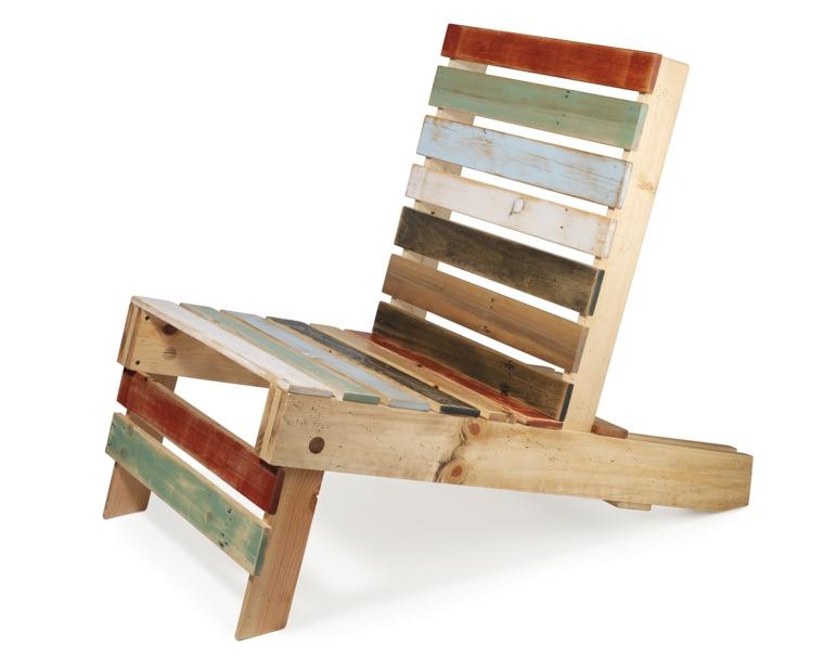 idea per pallet arredamento, una sedia fai da te con le assi di diversi colori