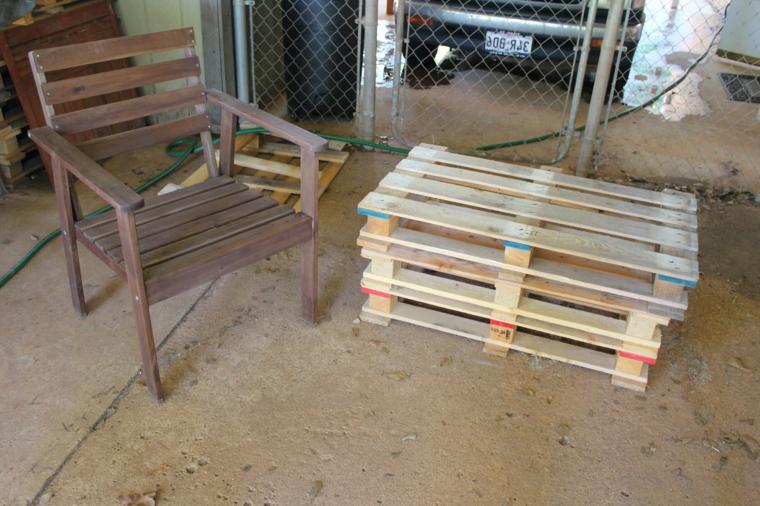 immagine di un tavolo con pallet e di una sedia per arredare un ambiente esterno