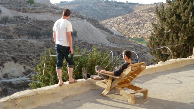 finale del tutorial pallet arredamento, sedia ultimata uomini guardano panorama montagne