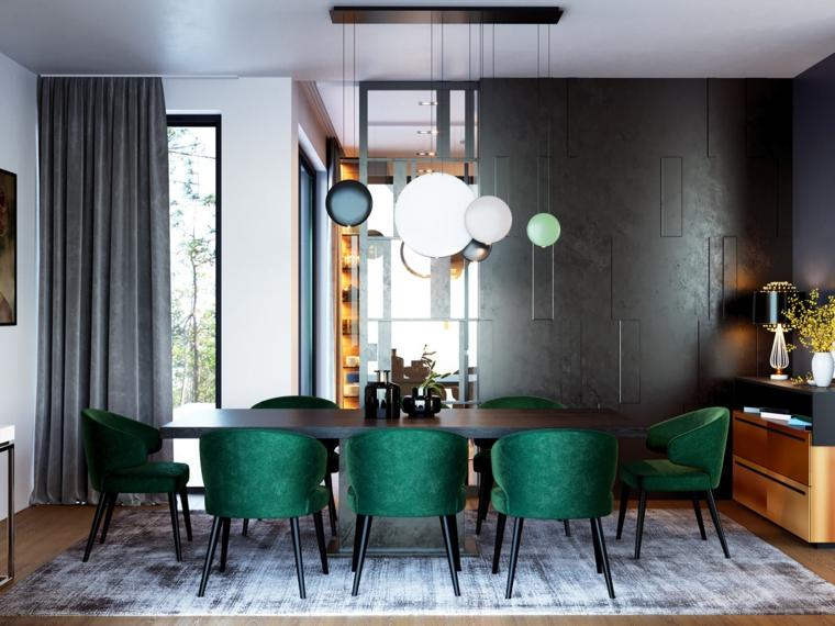 Sala da pranzo con tavolo di legno, sedie di colore verde, soffitto con lampade sospese