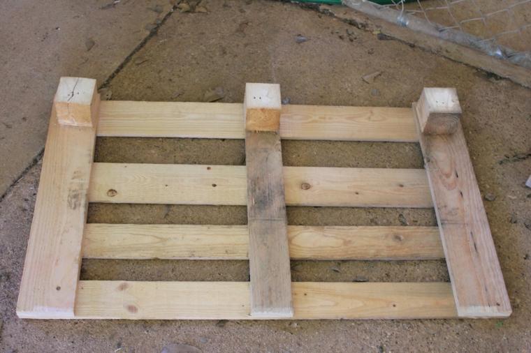 fase della realizzazione della seduta del divano pallet da esterno