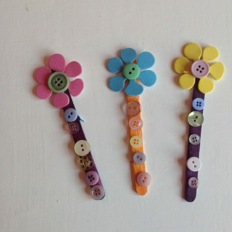 idea per dei lavoretti per la mamma facili, dei segnalibri con i bottoni e un fiore