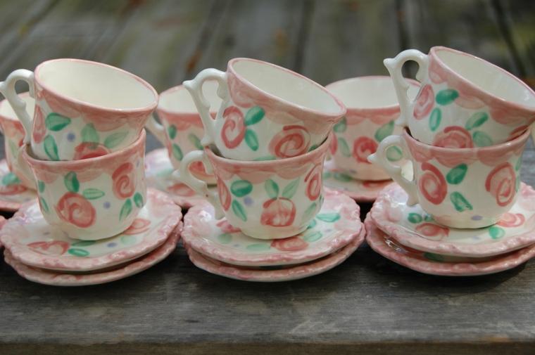 tazze e piattini in porcellana decorata con rose rose dai colori shabby