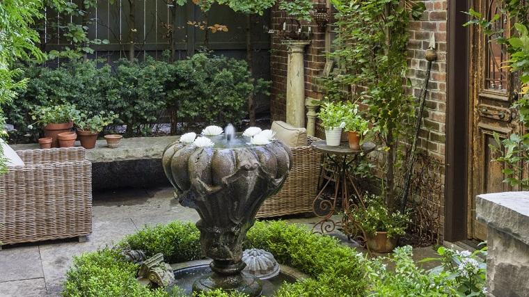 Idee giardino fai da te, decorazione con una fontana, arredamento con mobili in rattan