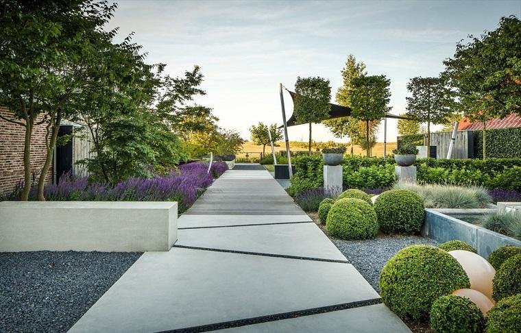 Come abbellire un giardino, siepi verdi e camminamento in lastre di cemento