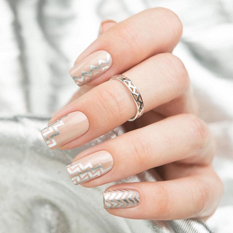 Unghie gel bianche, forma della manicure quadrata, sticker argento su tutte le dita