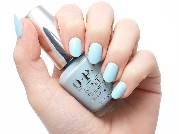 Unghie bellissime, smalto di colore azzurro del marchio OPI, forma a mandorla manicure corta