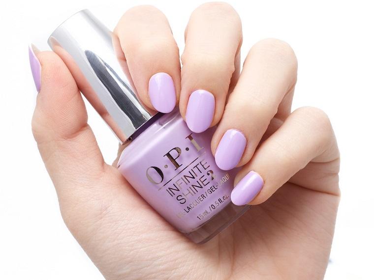 Unghie da sposa, smalto del marchio OPI di colore viola chiaro, manicure forma a mandorla