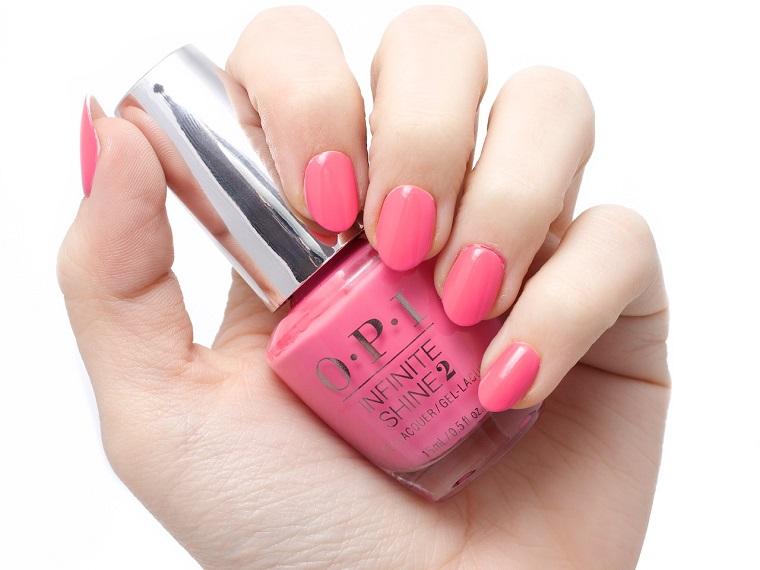 Unghie rosa cipria, smalto del marchio OPI di colore rosa, manicure dalla forma a mandorla
