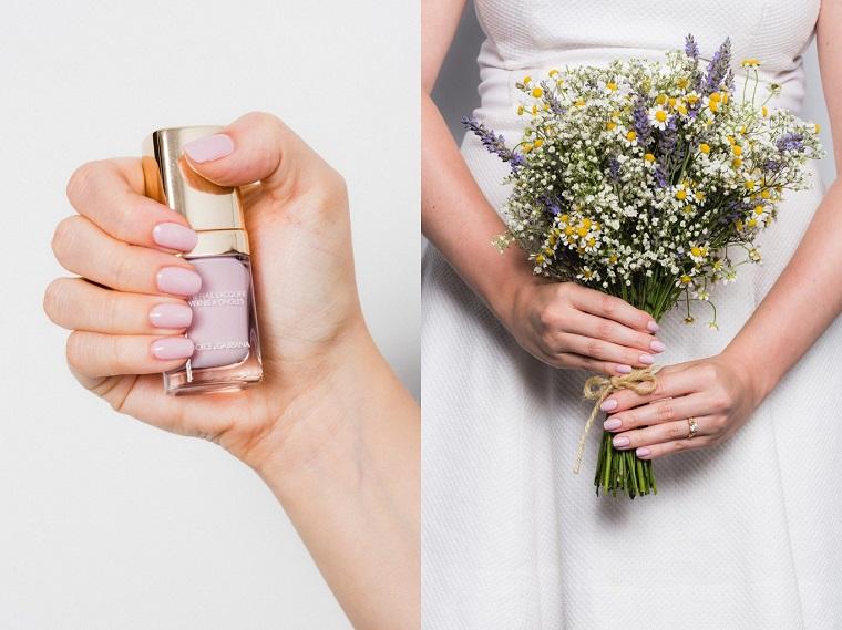 Unghie bellissime, manicure a mandorla di colore viola chiarissimo, bouquet semplice in abbinamento