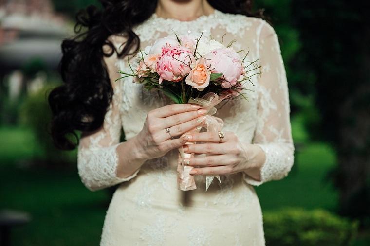 Unghie rosa cipria, manicure a mandorla in abbinamento al bouquet e al vestito della sposa