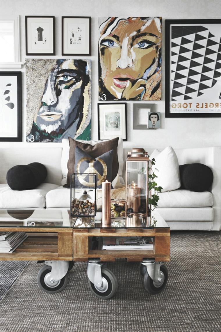 salotto arredato con mobili moderni e un tavolino basso con le ruote realizzato con i bancali