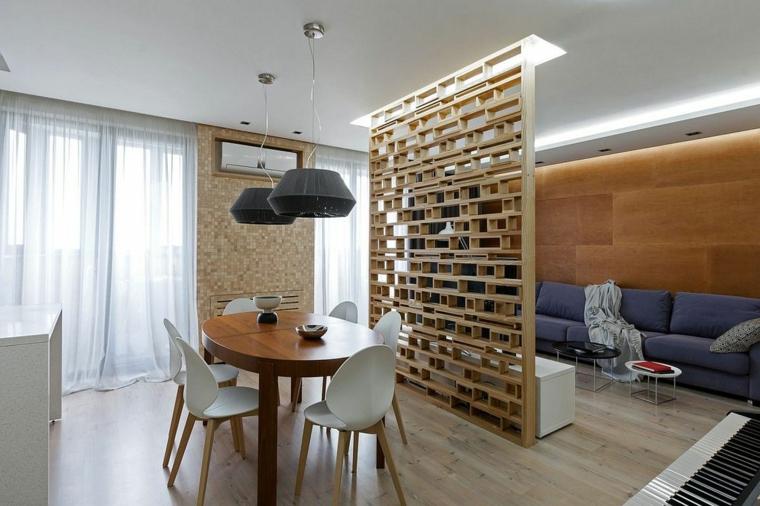 pavimento in parquet chiaro con divano bu e tavolo ovale per il pranzo separati da una parete legno design originale