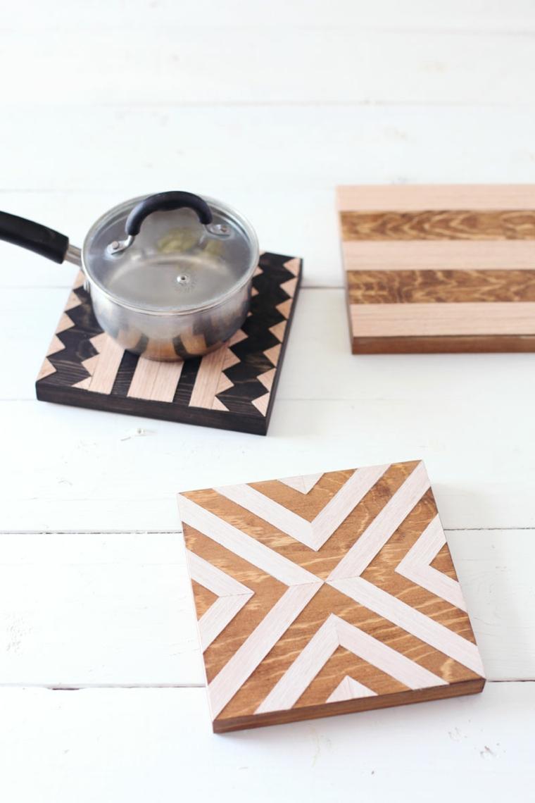 tre sottopentole in legno decorate con disegni geometrici bianchi e neri: lavoretti facili