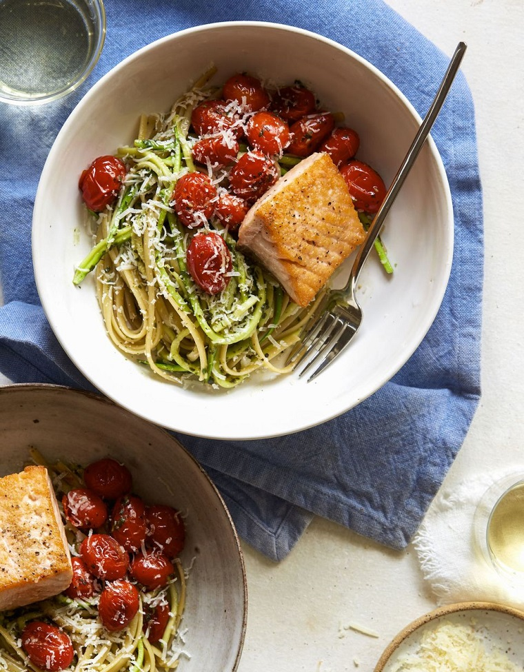 Filetto di salmone con spaghetti al pesto genovese e contorno di pomodorini grigliati, cosa preparo per cena