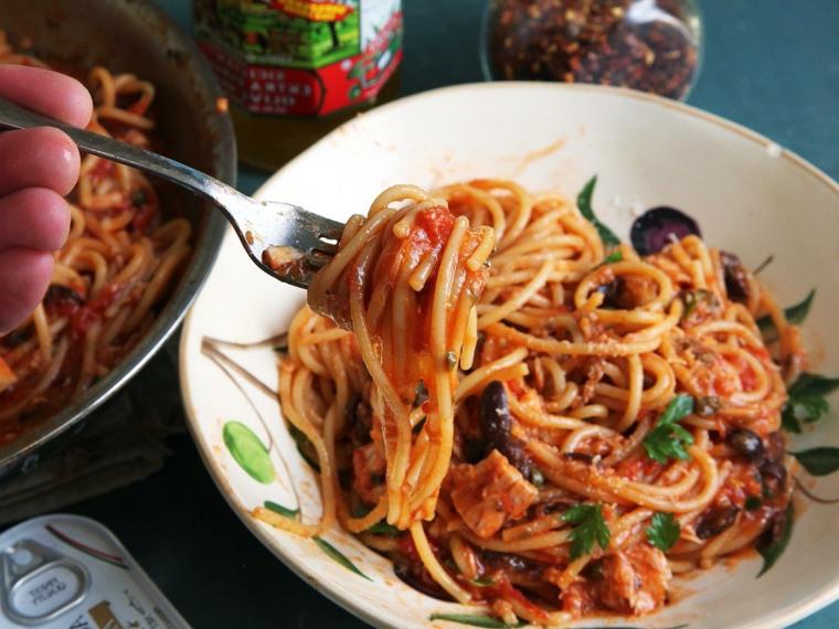 Ricette veloci per cena, spaghetti alla puttanesca con olive nere e pezzettini di tonno in scatola