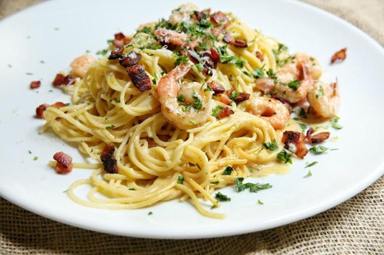 Ricette veloci estive per cena, spaghetti alla carbonara con scampi e prezzemolo