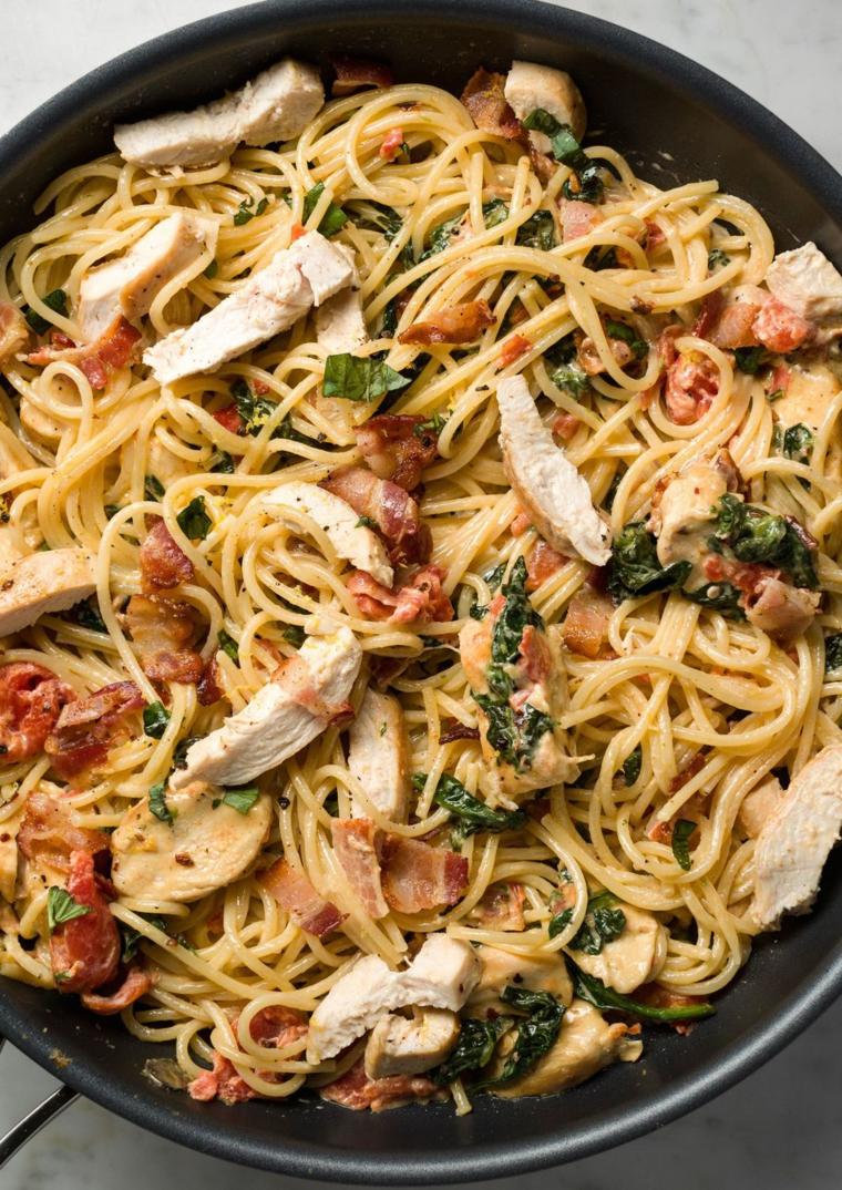 Cena sfiziosa e veloce, spaghetti con pezzettini di pollo e foglie di basilico tritato