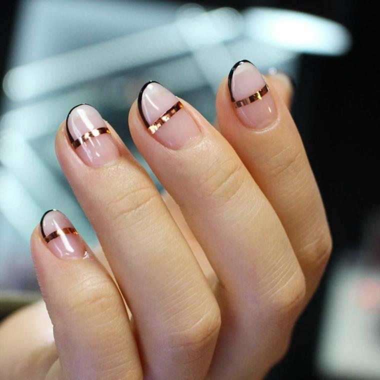 nail art creativa con una striscia dorata nel mezzo, bordo nero e unghie color cipria