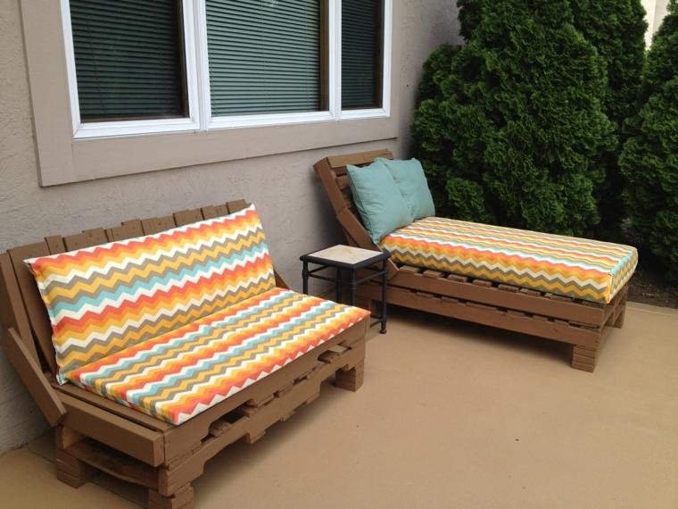 esterno con un arredamento con bancali composto da un divano e da uno sdraio