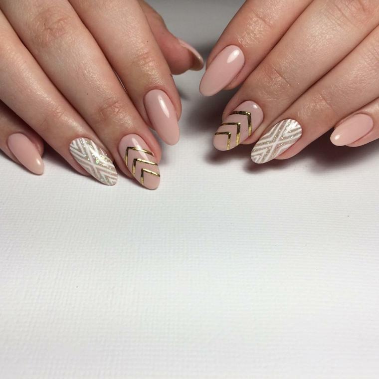 ottima proposta per delle unghie decorate color carne con motivi geometrici oro e bianchi