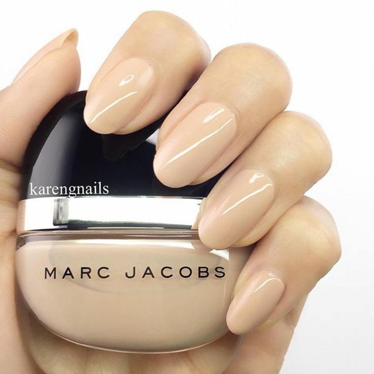 bellissima tonalità di smalto nude dalla finitura extra brillante su unghie dalla dorma ovale