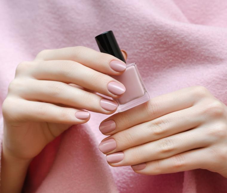 bellissima tonalità di smalto per unghie color cipria dalla finitura lucida, in tinta con l'abito