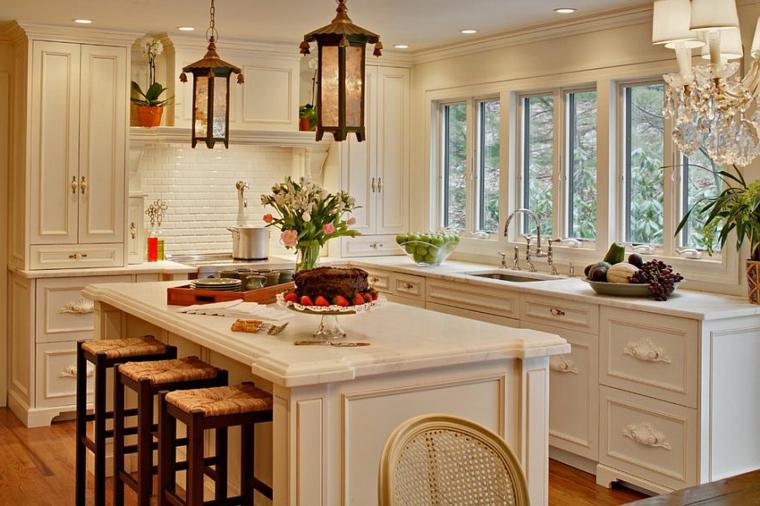 splendida proposta per allestire cucine stile shabby chic con mobili bianchi, isola e sgabelli