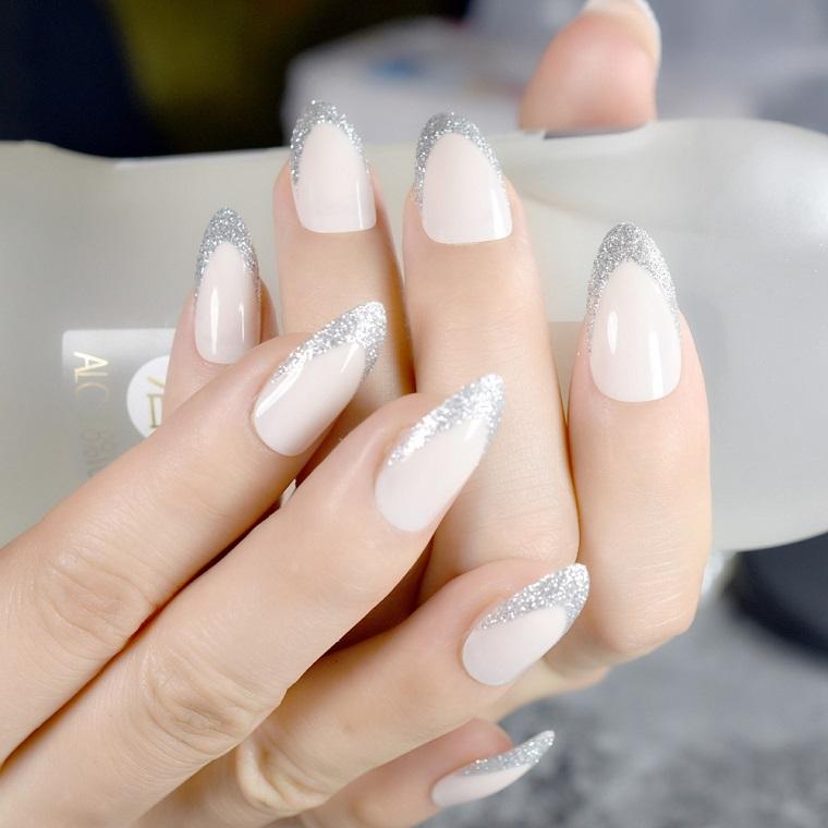 Unghie gel bianche brillantini, forma manicure stiletto con french argento glitter