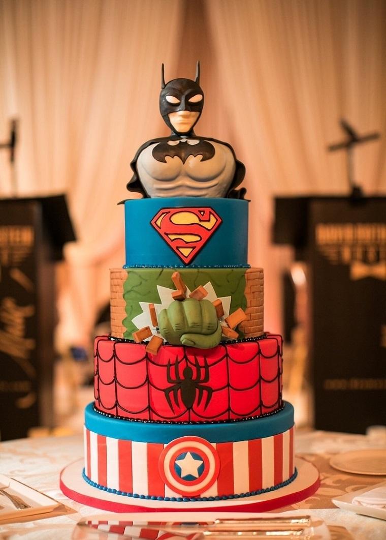 Torta di compleanno facile, dolce a quattro piani con i vari supereroi della Marvel, decorata con pasta di zucchero