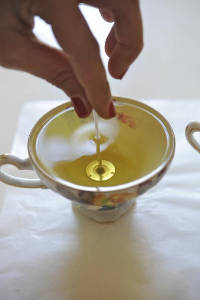 Idea stoppino fai da te, tazzina da tè utilizzata come portacandele