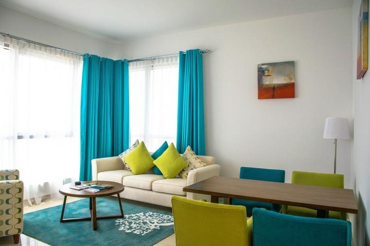 pareti bianche, idea per come arredare un soggiorno rettangolare con tavolo da pranzo, accenti turchesi e verdi