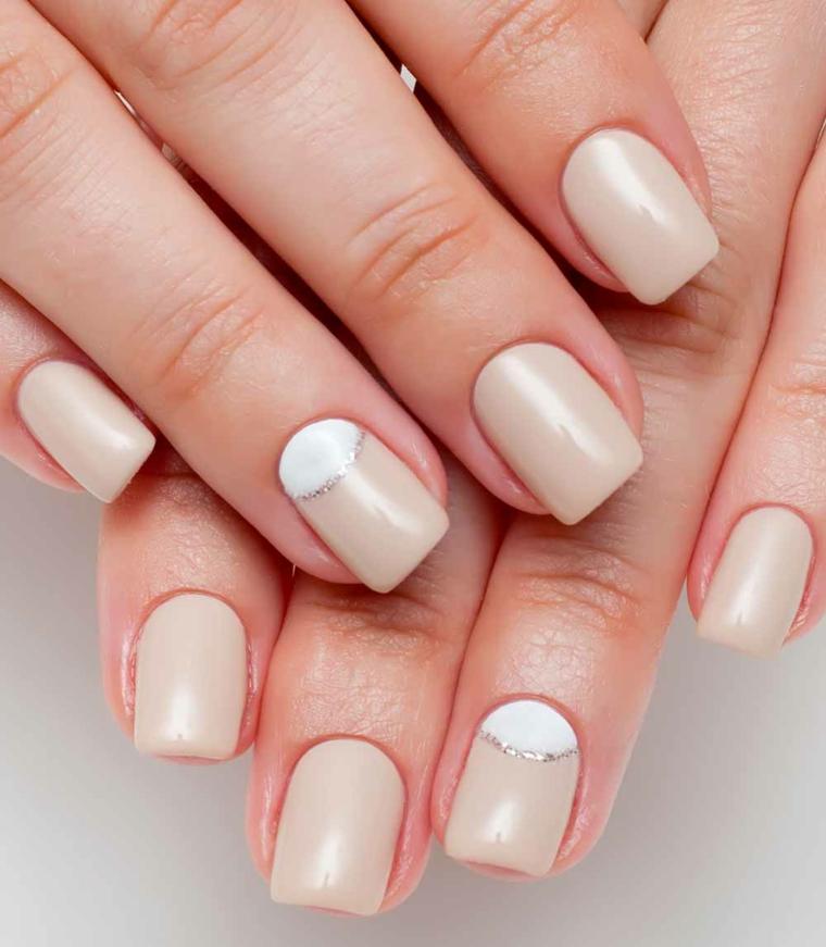 proposta moda con unghie rosa antico dalla finitura opaca, decorazione bianca sull'anulare