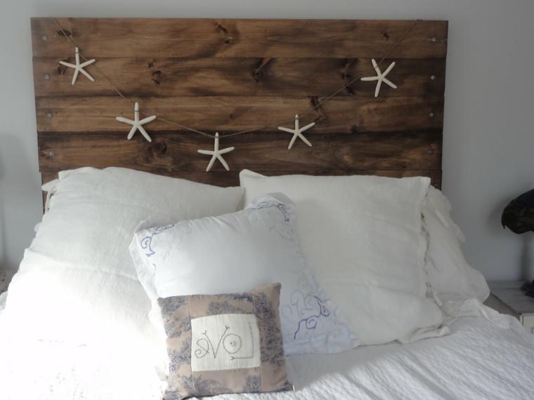 originale proposta per realizzare mobili con bancali, una testata del letto decorata con delle stelle