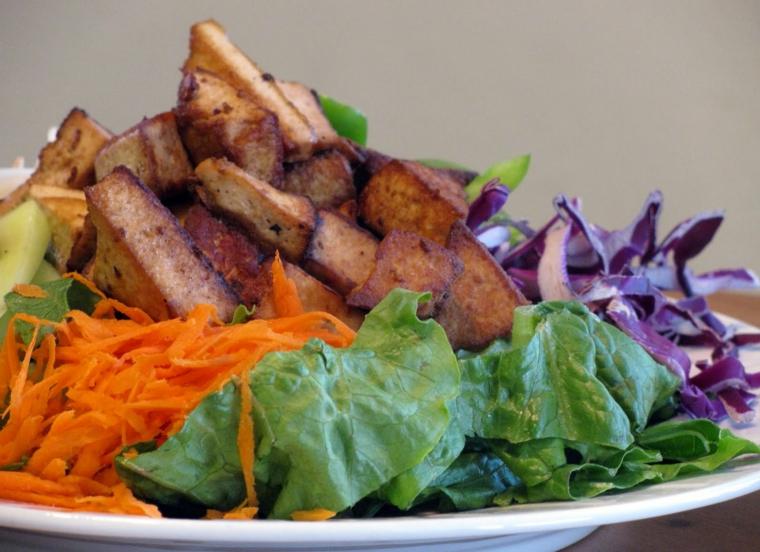 piatto semplice da preparare con del tofu affumicato, carote, insalata e cavolo rosso