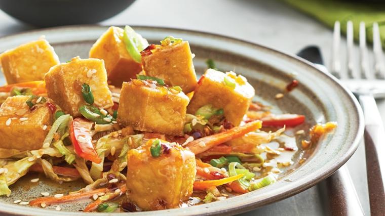 piatto sano e gustoso con del tofu caramellato in una salsa agrodolce, verdure e sesamo
