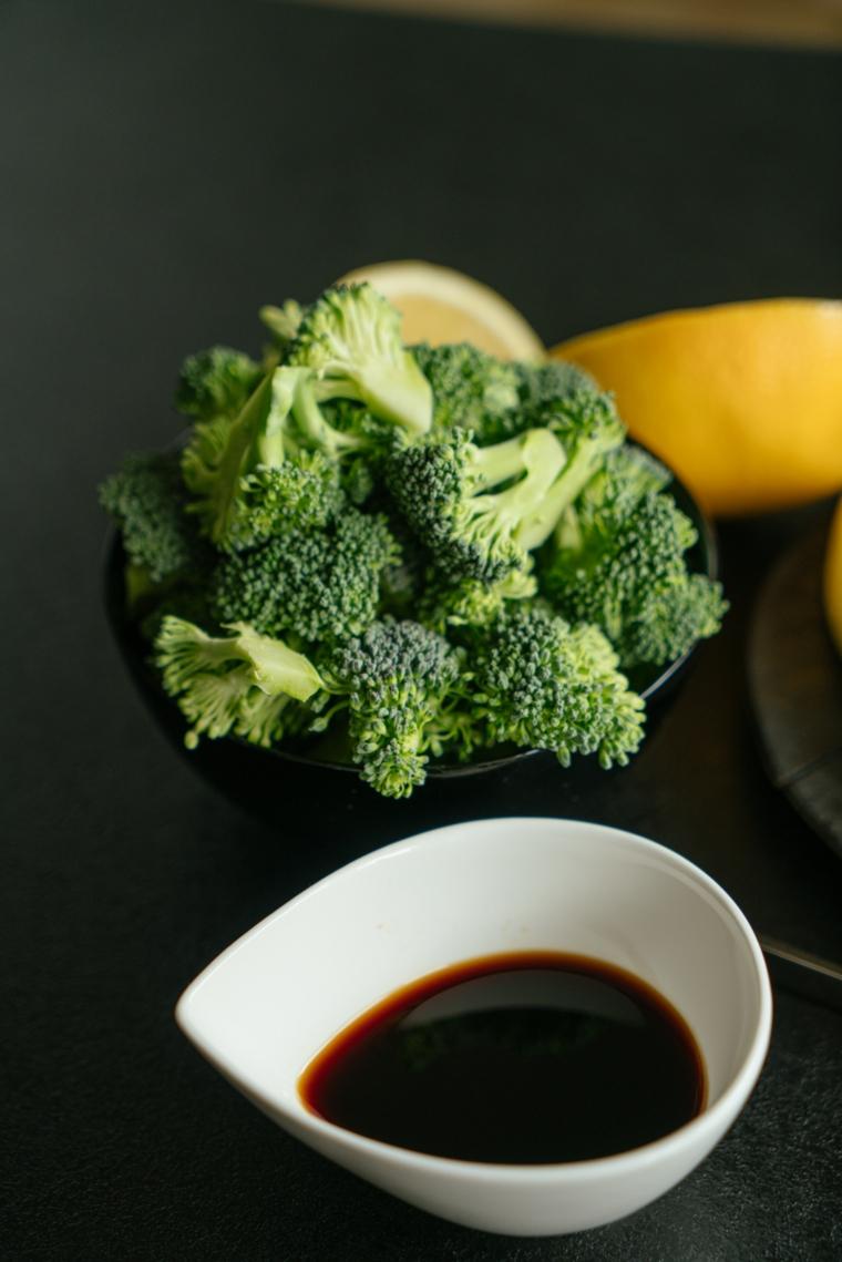 Piattino con teste di broccolo verde, piattino con salsa di soia, come cucinare il tofu